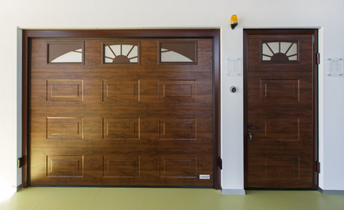 portillon latéral dans la façade à portes sectionnelles